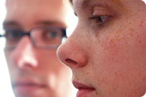 Paar schaut besorgt